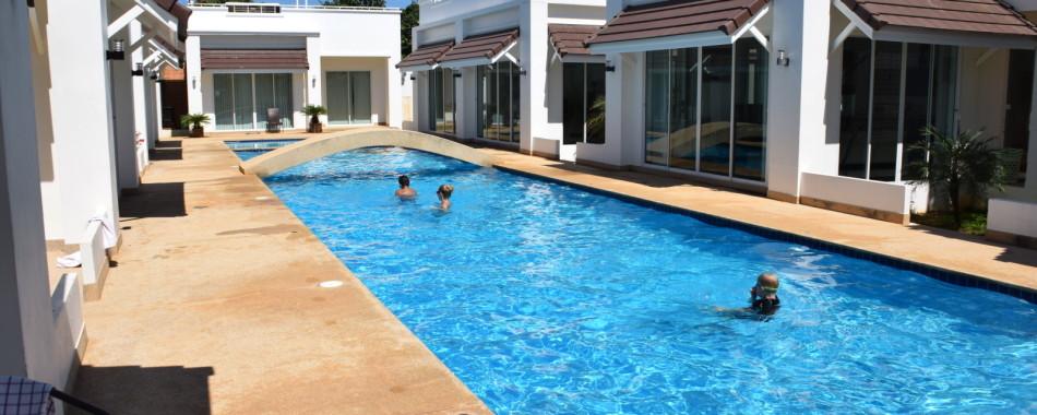 Swimmingpool lige udenfor terrassen